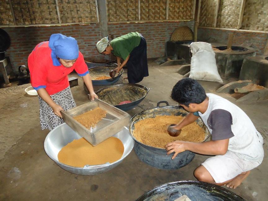 Proses produksi gula semut di Desa Pageraji Kecamatan Cilongok Kabupaten Banyumas